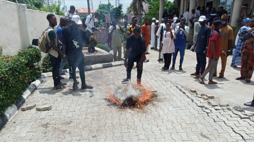 Thousands Dump APC In Kwara State, Burn Brooms